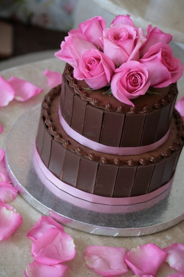 Cake Decorations Flowers Uk : Decorating cakes with flowers - Flower PressFlower Press