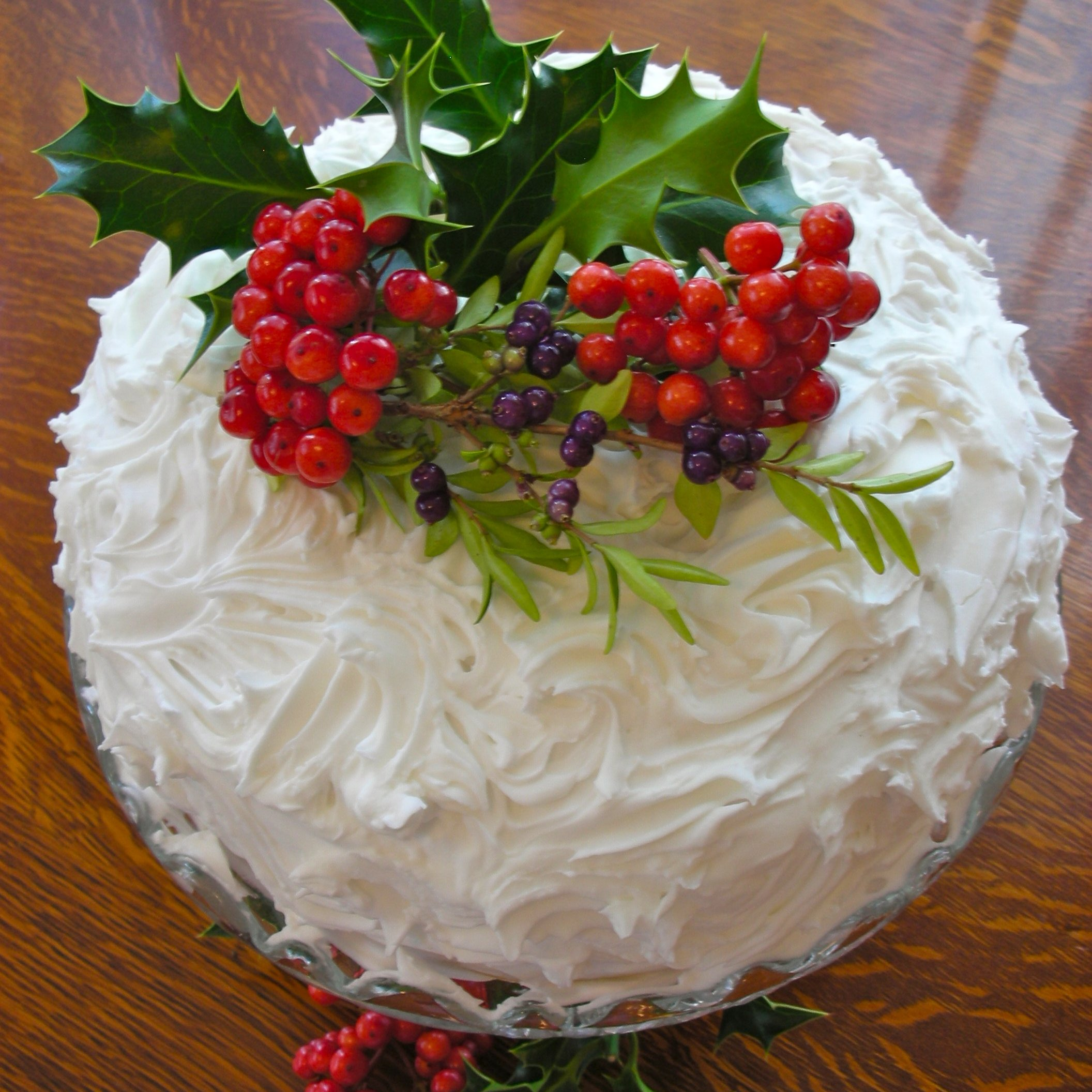 decorate christmas cakes with festive flowers - Christmas Dessert Decorations