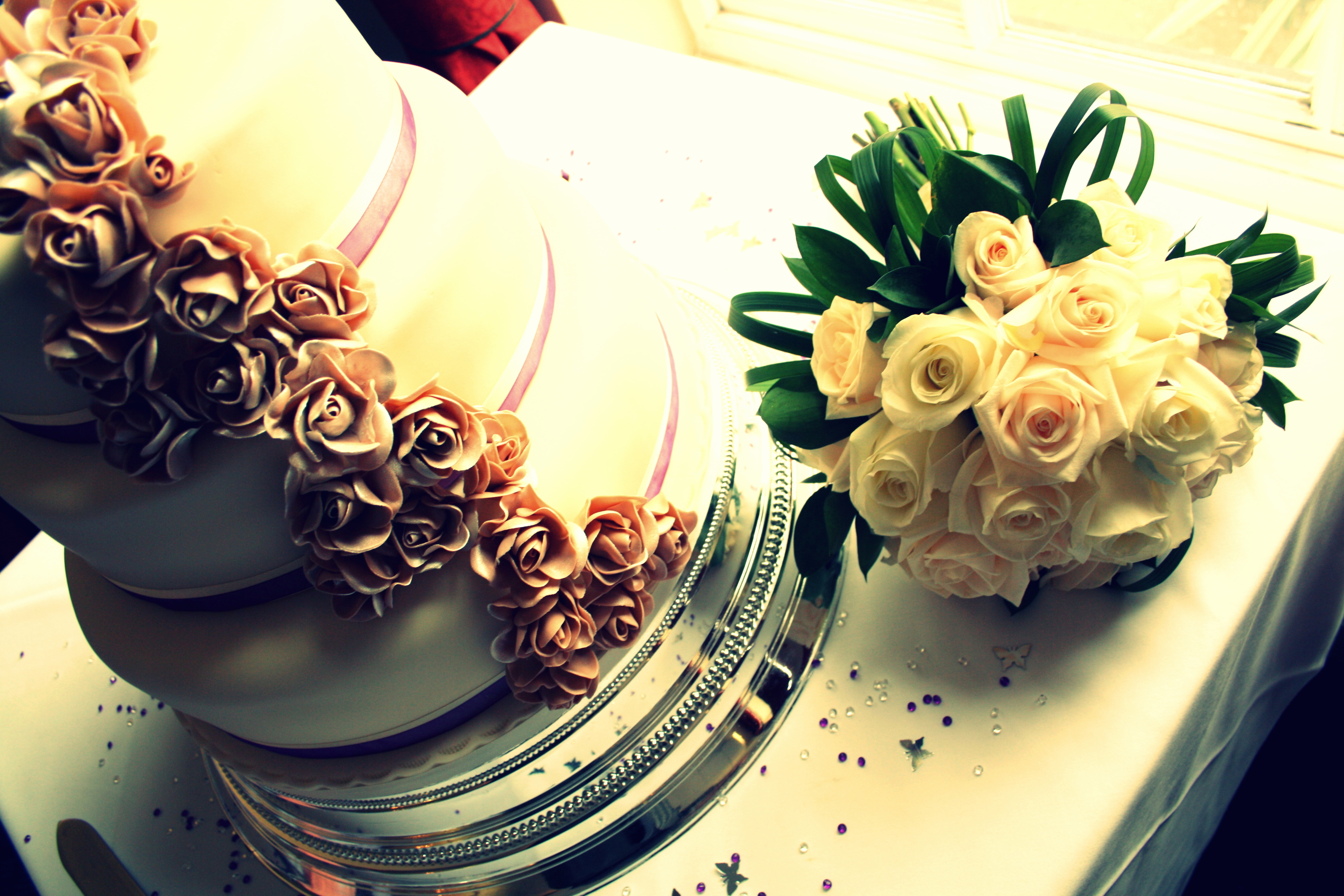 The best types of flowers for your wedding cake